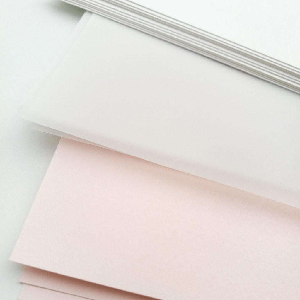 Différents papiers utilisés pour les invitations de l'anniversaire de Coline : papier calque, blanc et rose pale