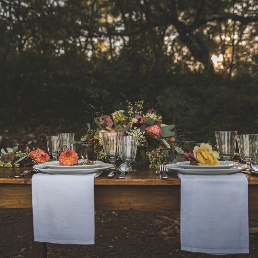 inspiration-mariage-douceur-automne-decoration-table-exterieur