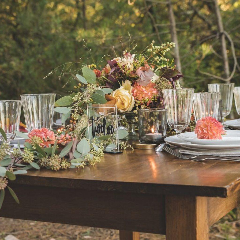inspiration-mariage-douceur-automne-decoration-table-fleurs-vaisselle