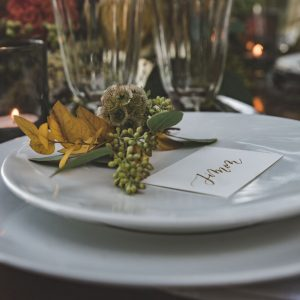 inspiration-mariage-douceur-automne-decoration-table-papeterie-marque-place-calligraphie-or