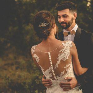 inspiration-mariage-douceur-automne-maries-couple-enlaces-details-robe-noeud-papillon