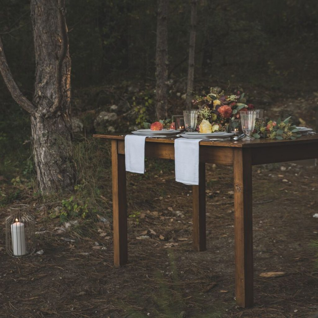 inspiration-mariage-douceur-automne-table-convives-exterieur-foret-bougies