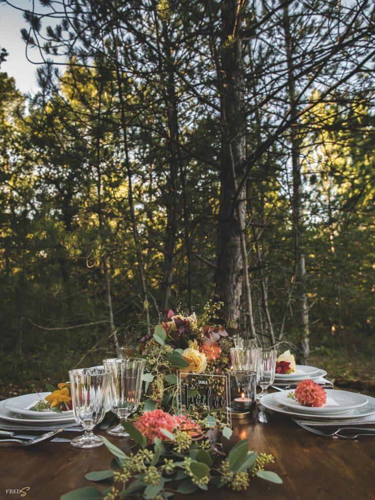inspiration-mariage-douceur-automne-table-mariage-decoration-numero-table-chemin-fleurs