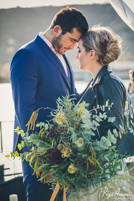 couple-maries-bouquet-mariage