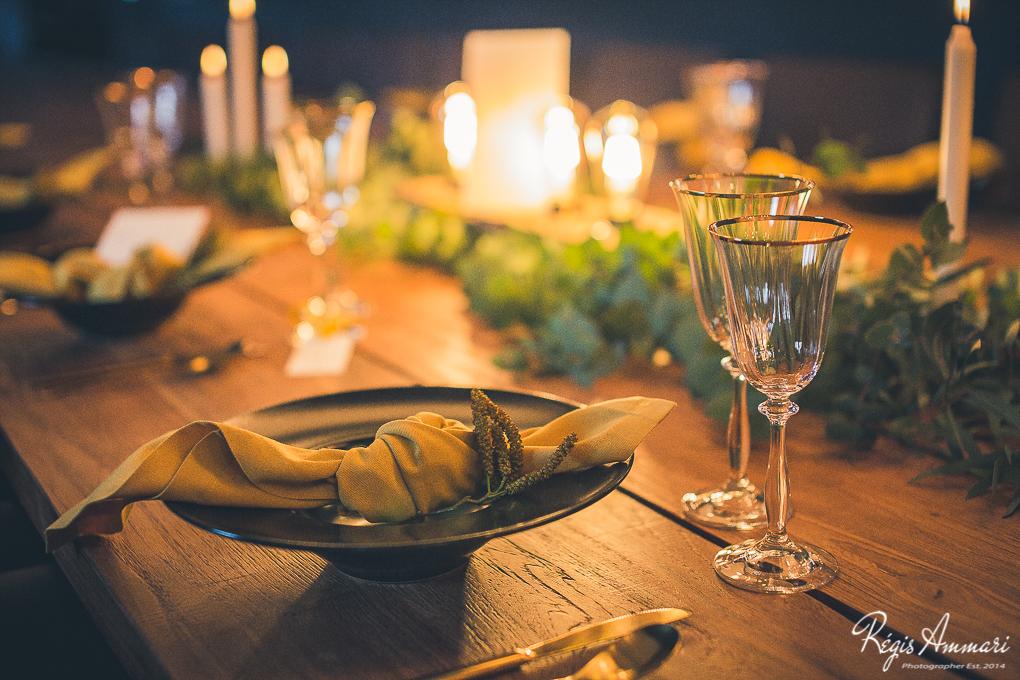 table-mariage-industriel-moutarde-noir-bois-feuillage