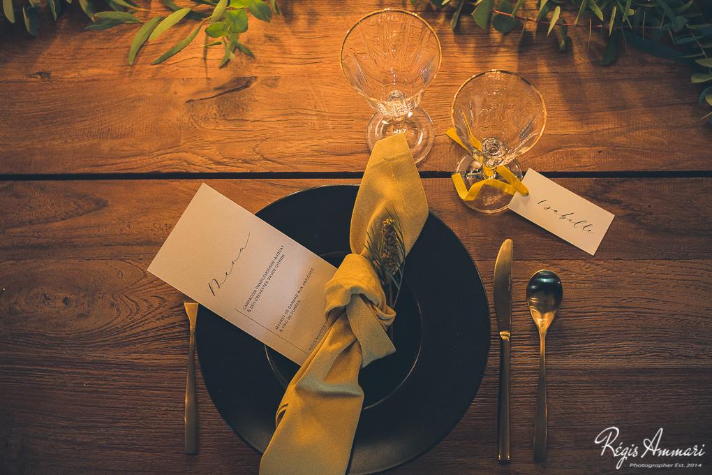 table-mariage-industriel-moutarde-noir-bois-menu-calligraphie-marqueplace