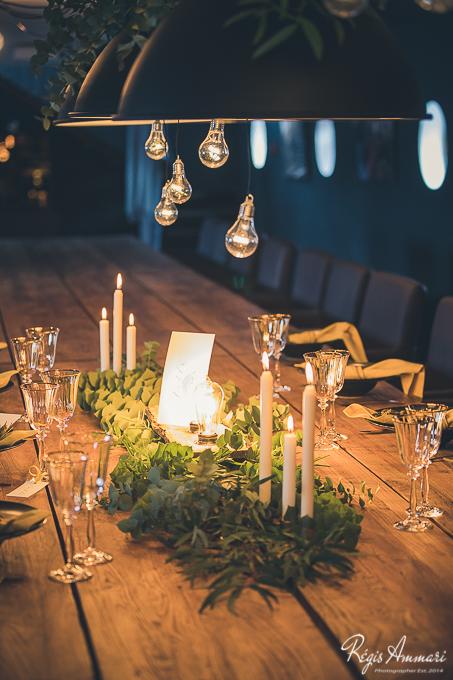 table-mariage-industriel-noir-bois-moutarde-peniche-amoules-feuillage