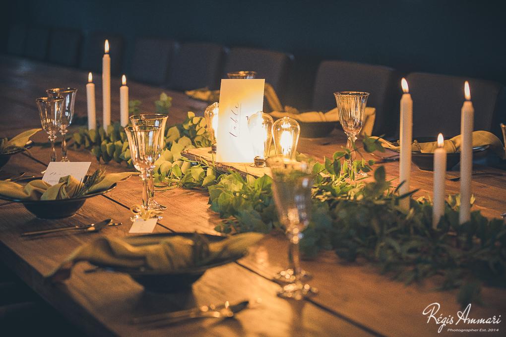 table-mariage-industriel-peniche-noir-moutarde-bois-bougies-chandelles-feuillage