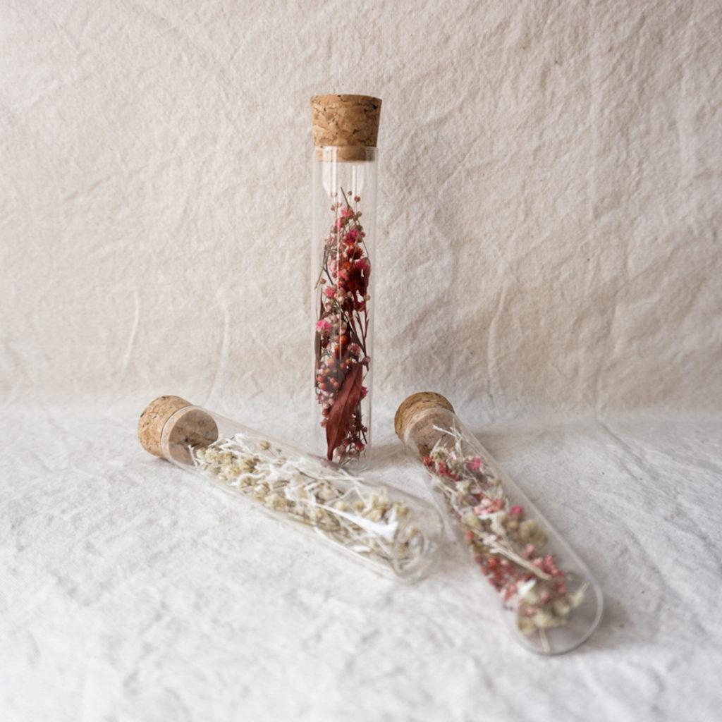 grands-tubes-verre-fleurs-sechees-cadeau-invites