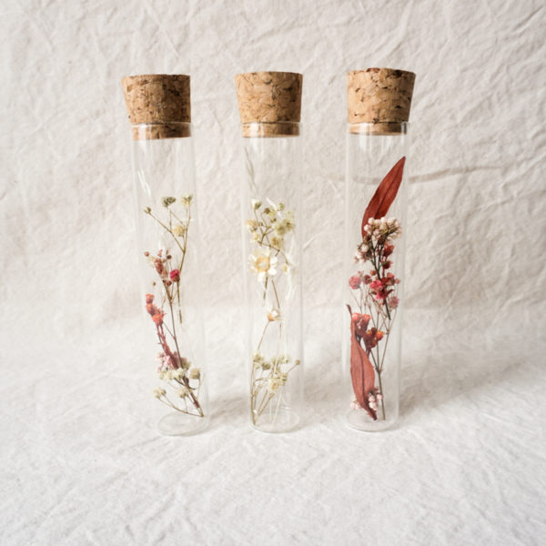 Grand tube en verre fleuri