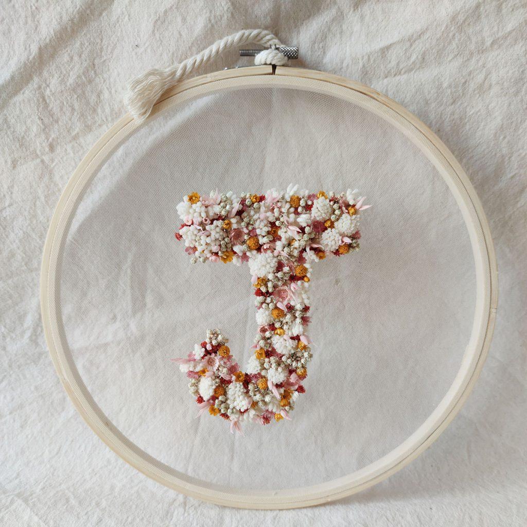 cercle-tambour-fleuri-fleurs-sechees-lettre-fleurie-J
