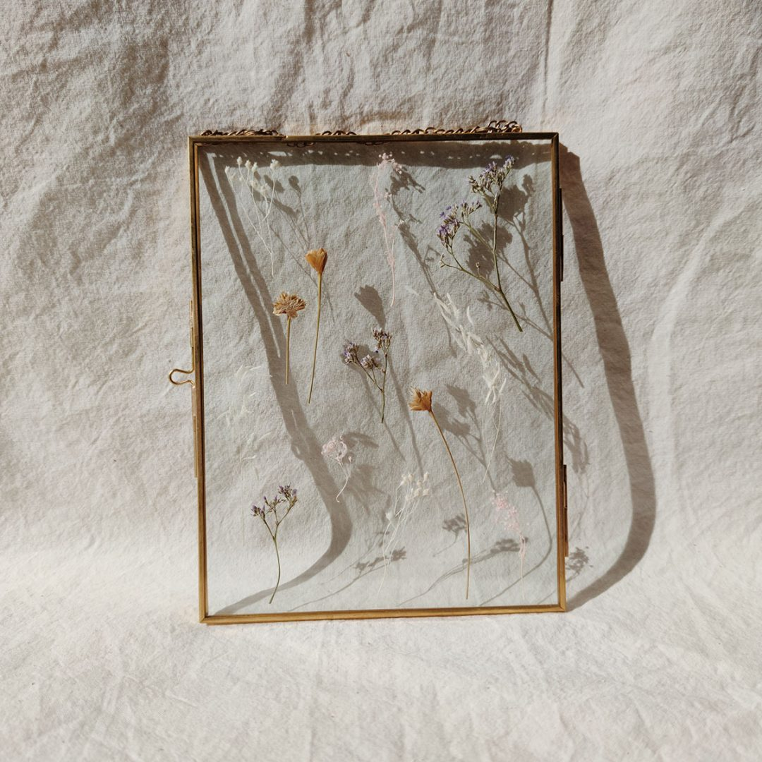 grand-herbier-cadre-flavien-fleurs-sechees-cadre-laiton