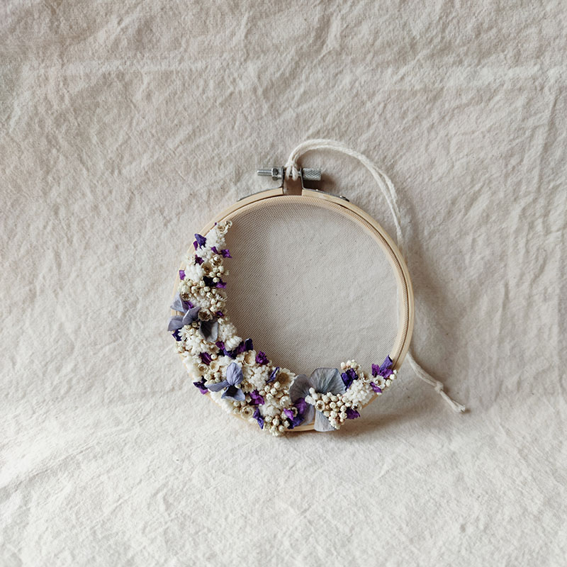 petit-tambour-fleurs-sechees-demie-couronne-beryl-blanc-bleu-violet