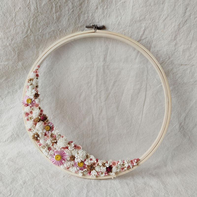 tambour-fleuri-demie-couronne-grand-format-255cm-fleurs-sechees-decoration-murale