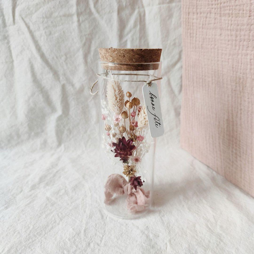 maxi-tube-fleuri-freyja-etiquette-calligraphie-bonne-fete-cadeau-fete-des-meres-bouquet-fleurs-sechees