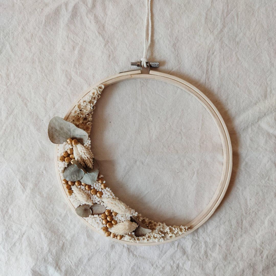 calypso-moyen-tambour-fleuri-cercle-fleurs-sechees-couleurs-naturelles-blanc-eucalyptus