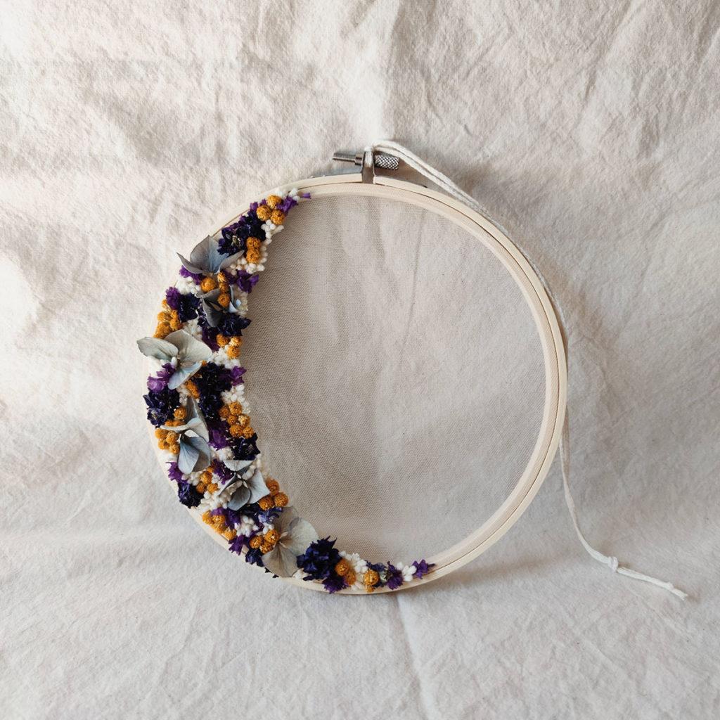 domitille-moyen-tambour-fleuri-bleu-violet-jaune-blanc-cercle-fleurs-sechees