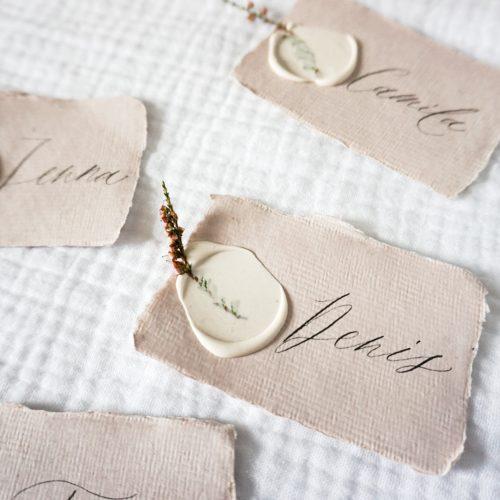marque place mariage calligraphie cire fleur séchées romantique